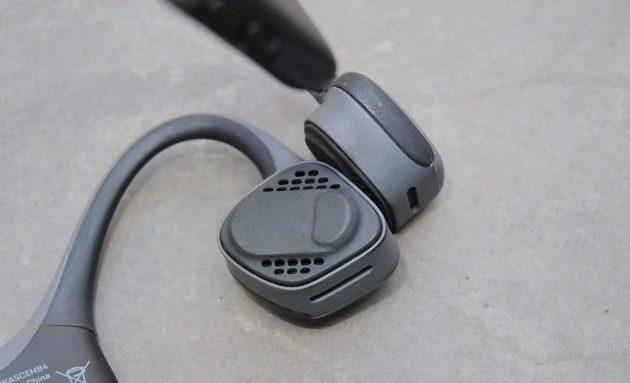 Bezdrátová sportovní sluchátka Aftershokz Trekz Air - detail vibračního sluchátka.