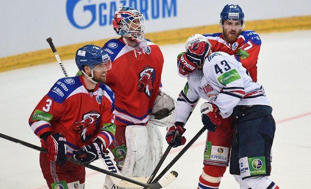 Obránce Lva Praha Jakub Nakládal (vpravo) a útočník Magnitogorsku Jan Kovář během 4. utkání finále play off KHL.