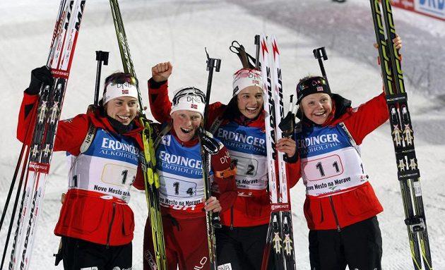Vítězná štafeta norských biatlonistek - zleva Synnoeva Solemdalová, Tora Bergerová, Anna Kristina Aafedtová a Hilde Fenneová.