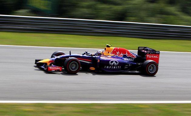 Australan Daniel Ricciardo v monopostu Red Bull během kvalifikace na VC Rakouska.