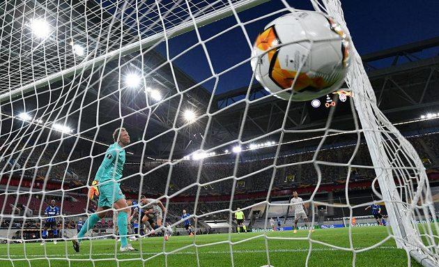 Míč je v síti brankáře Šachtaru Doněck Andreje Pjatova, hráči Interu Milán jásají.