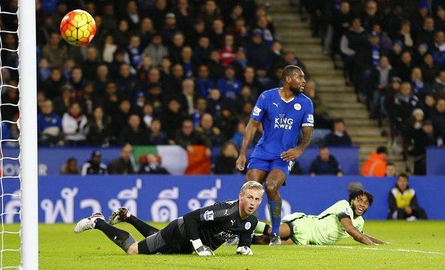 Fotbalista Manchesteru City Raheem Sterling (vpravo) míří těsně vedle brány Leicesteru. Gólman Lišek Kasper Schmeichel jen bezmocně sleduje dráhu míče.