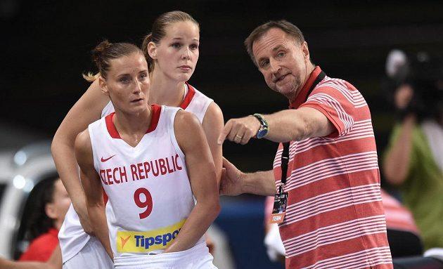 Trenér českých basketbalistek Lubor Blažek udílí pokyny Kateřině Bartoňové (vlevo). Vzadu přihlíží Alena Hanušová.
