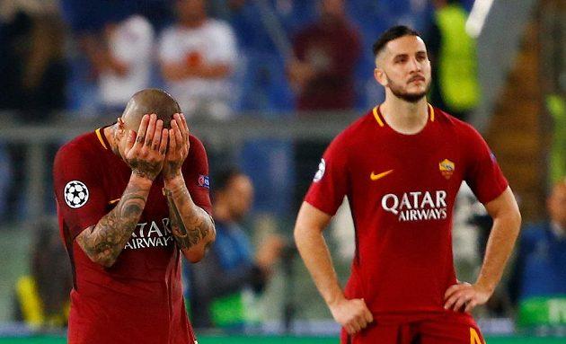 Zklamaní fotbalisté AS Řím Radja Nainggolan (vlevo) a Konstantinos Manolas .