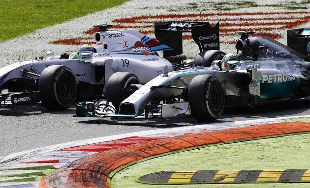 Lítý souboj Lewise Hamiltona (vpravo) ze stáje Mercedes s williamsem Felipeho Massy.