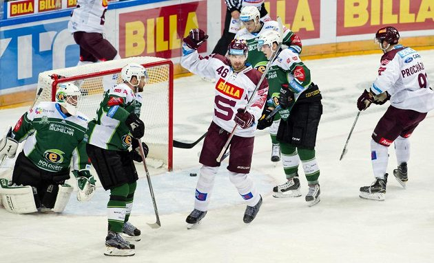Útočník Sparty Petr Kumstát (uprostřed) se raduje z gólu proti Karlovým Varům.