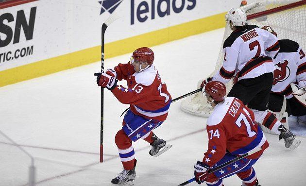 Český útočník Jakub Vrána slaví poté, co vstřelil vítězný gól Washingtonu Capitals v utkání NHL proti New Jersey Devils.