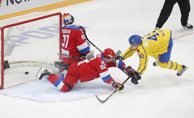 Ruský gólman Ilja Sorokin je překonán v utkání Ruska se Švédskem během Channel One Cupu.