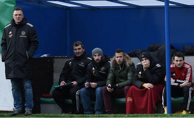Vedoucí mužstva Petr Malý (třetí zleva) na lavičce Dukly.