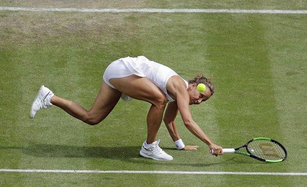 Barbora Strýcová v obtížné situaci ve čtvrtfinále s Britkou Johannou Kontaovou.