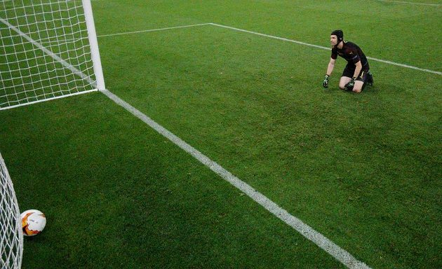 Brankář Arsenalu Petr Čech se ohlíží za míčem v bráně ve finále Evropské ligy.