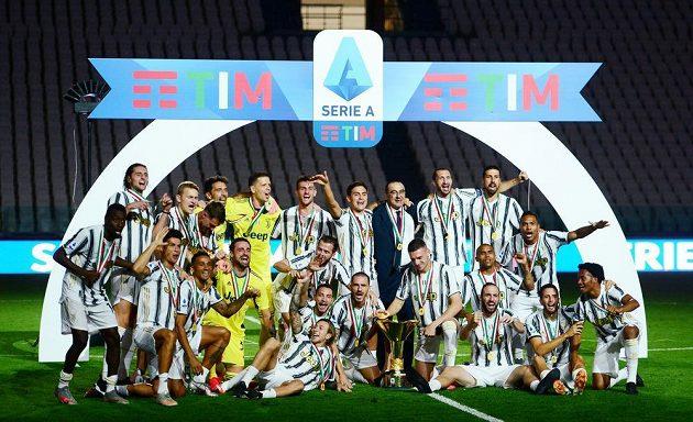 Fotbalisté Juventusu Turín sice prohráli doma s AS Řím, pak ale mohli slavit, převzali trofej pro mistry.