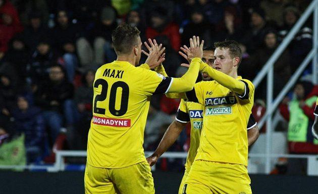 Jakub Jankto (vpravo) a jeho spoluhráč z Udine Maxi Lopez se radují po gólu proti Udine.