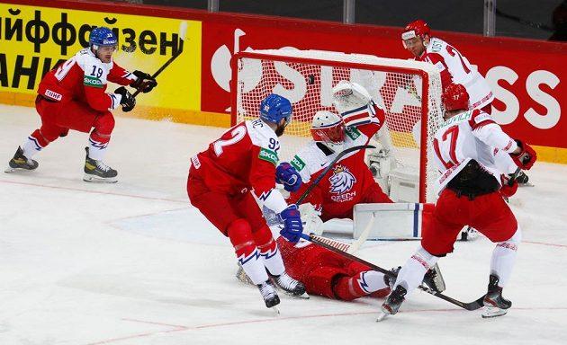 Bělorus Jegor Šarangovič (vpravo) dává gól proti českému týmu.
