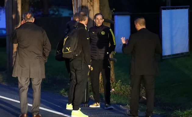 Autobus fotbalistů Dortmundu cestou na úterní večerní zápas čtvrtfinále Ligy mistrů s Monakem poškodily tři exploze. Zápas byl odoložen na středu, hráči BVB i vedení týmu bylo v šoku. Stoper Bartra byl převezen do nemocnice a podrobil se operaci.