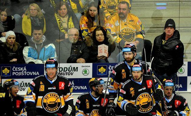 Pohled na střídačku Litvínova při utkání v Chomutově, vpravo vzadu hlavní trenér Radim Rulík.