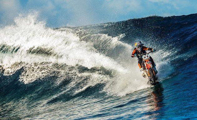 Ve Francouzské Polynésii si na své KTM i pěkně zasurfoval.
