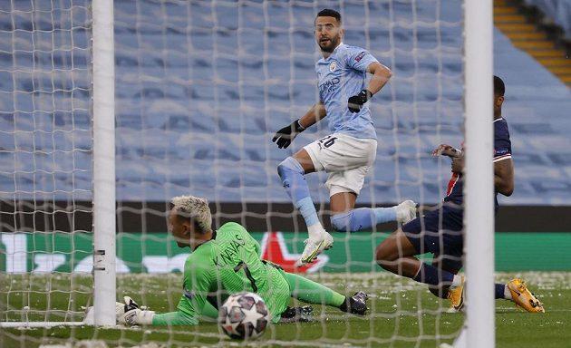 Rijád Mahriz střílí první gól Manchesteru City v odvetném semifinále Ligy mistrů proti PSG.