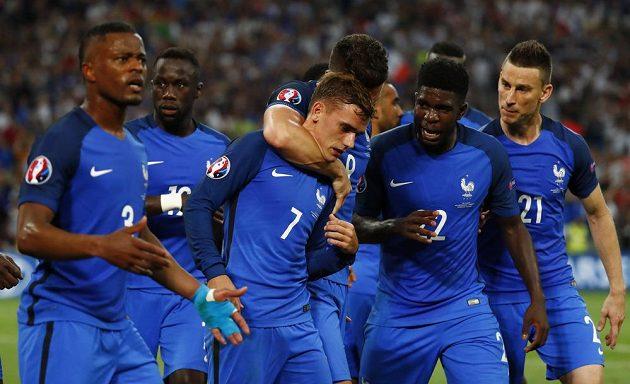 Francouzi se radují společně se střelcem Antoinem Griezmannem (třetí zleva) z branky proti Německu.