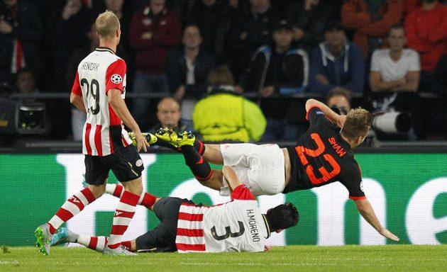 Hector Moreno z Eindhovenu fauluje Luka Shawa z Manchesteru United.