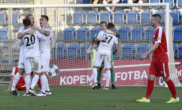 Hráči Slovácka se radují z vítězství.