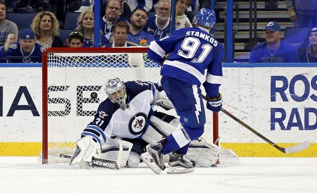 Kapitán Tampy Bay Steven Stamkos střílí rozhodující gól Ondřeji Pavelcovi v nájezdech v utkání proti Winnipegu.