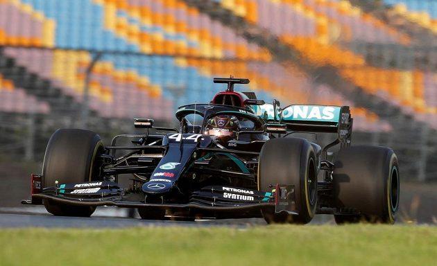 Brit Lewis Hamilton z Mercedesu, který může v neděli v předstihu získat sedmý titul mistra světa a vyrovnat rekord Michaela Schumachera, byl v prvním tréninku v Turecku až patnáctý.