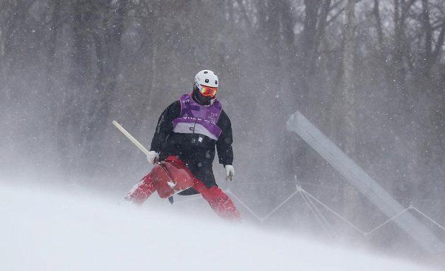 Pracovník technické čety před startem olympijského slalomu žen.
