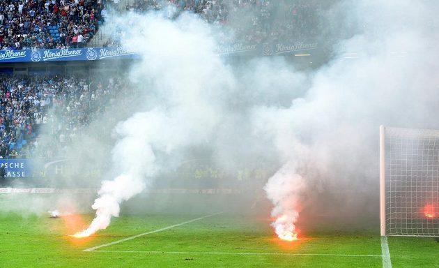 V Hamburku plály emoce. A také ohně. Fanoušci řádili, nechtěli se smířit se sestupem HSV z bundesligy.