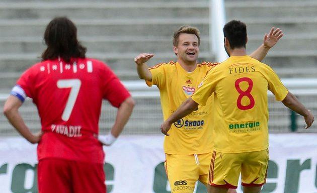 Autor prvního gólu Dukly Zbyněk Pospěch se raduje se spoluhráčem Néstorem Albiachem Rogerem (zády). Vlevo přihlíží záložník Brna Pavel Zavadil.