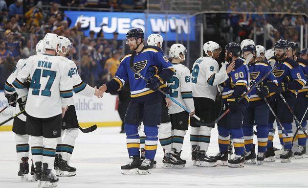 Je dobojováno. Hráči St. Louis Blues přijímají gratulace od hokejistů San Jose Sharks