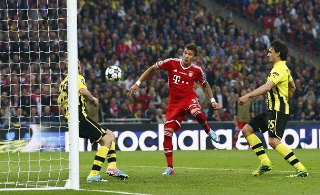 Útočník Bayernu Mario Mandžukič otevírá skóre finále Ligy mistrů proti Dortmundu.