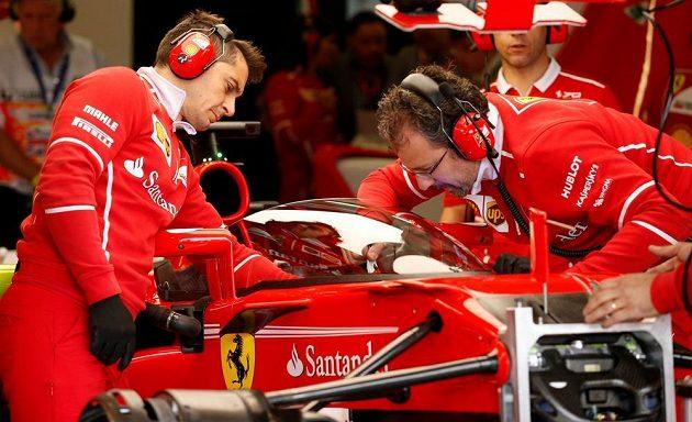 Mechanici Ferrari nastavují kryt kokpitu, který v Silverstonu otestoval Sebastian Vettel.