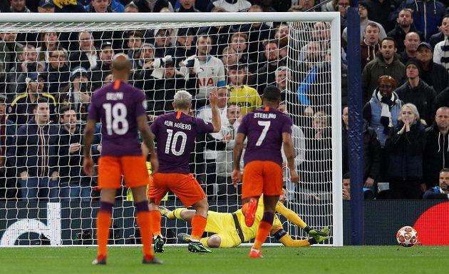 Fotbalista Manchesteru City Sergio Agüero neproměňuje penaltu proti Tottenhamu v úvodním čtvrtfinále Ligy mistrů.