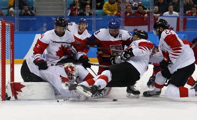 Čeští hokejisté v závěru bronzového duelu s Kanadou marně dobývali branku výběru zámořských hráčů.
