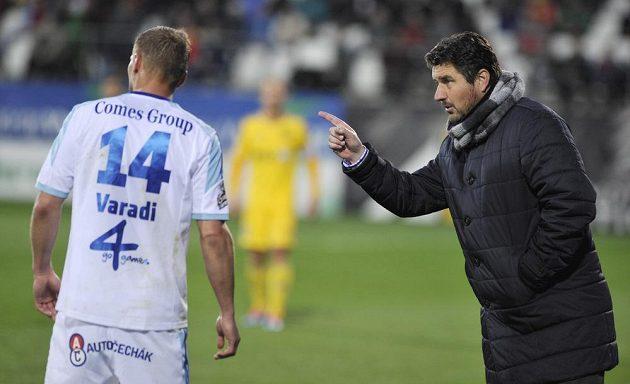 Adam Varadi z Olomouce naslouchá pokynům nespokojeného trenéra Zdeňka Psotky.