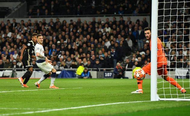 Střela David Neres z Ajaxu trefila tyč brány Tottenhamu.