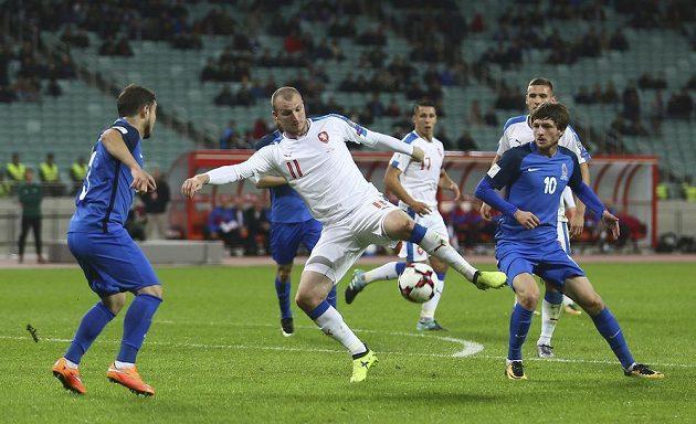 Michael Krmenčík mezi ázerbájdžánskými bránícími hráči.