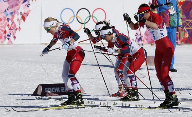 Start největších favoitek do skiatlonu na Hrách v Soči. Zleva Theresa Johaugová u Norska, její krajanka a pozdější vítězka Marit Björgenová a polská běžkyně Justyna Kowalczyková.