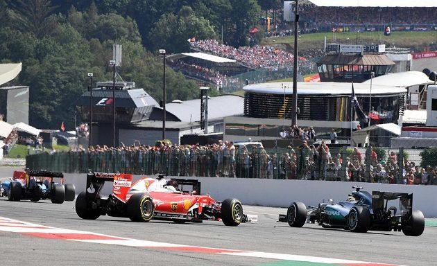 Nehoda Sebastiana Vettela z Ferrari z úvodu Velké ceny Belgie.