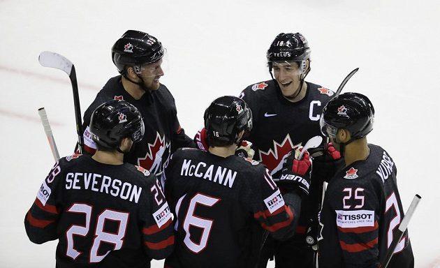 Kanaďané se radují z gólu proti Dánům.