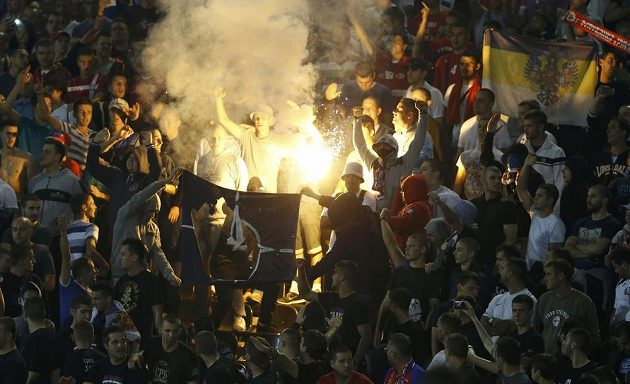 Srbští fanoušci pálí během zápasu s Albánií vlajku NATO.