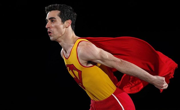 Bronzový španělský krasobruslař Javier Fernández se při exhibici stylizoval do filmového hrdiny.