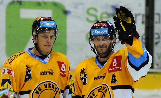 Litvínovští hokejisté Viktor Hübl (vpravo) a Filip Pavlík se radují z výhry nad Spartou.