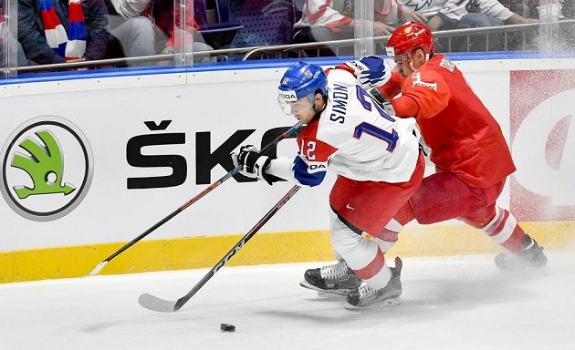 Český útočník Dominik Simon a Dmitrij Orlov z Ruska.