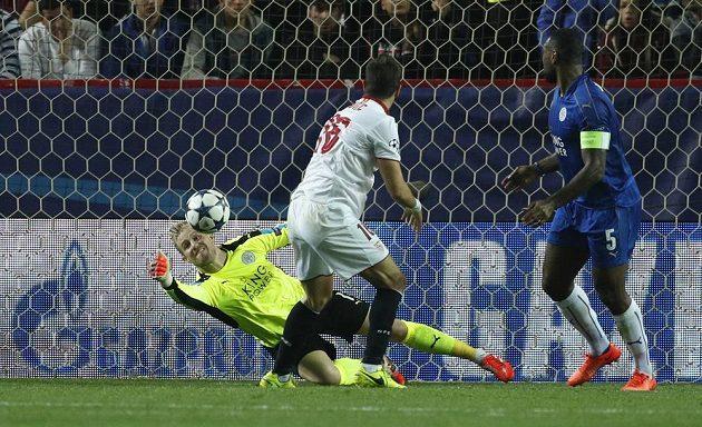 Gólman Leicesteru Kasper Schmeichel likviduje penaltu v osmifinále Ligy mistrů proti Seville.
