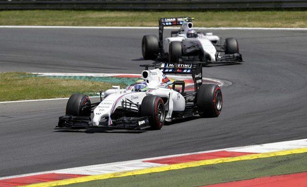 Felipe Massa před stájovým kolegou z Williamsu Valtterim Bottasem.