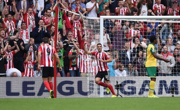 Záložník Southamptonu Dušan Tadič (druhý zleva) se raduje z gólu proti Norwichi ve 4. kole Premier League.