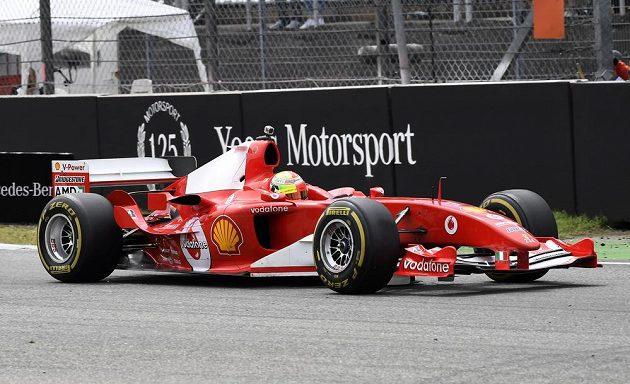 Mick Schumacher v tátově slavném Ferrari F2004.