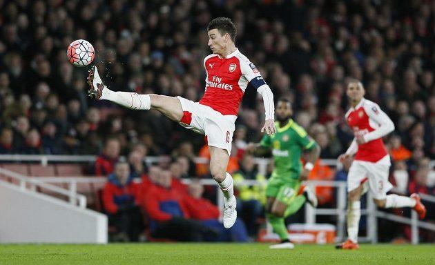 Laurent Koscielny z Arsenalu zpracovává míč v zápase se Sunderlandem.